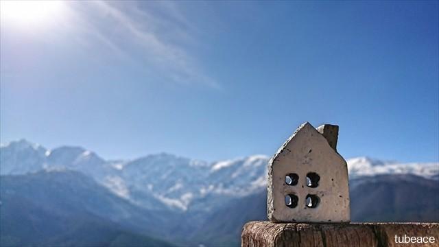 信州の山々と家のイメージ写真