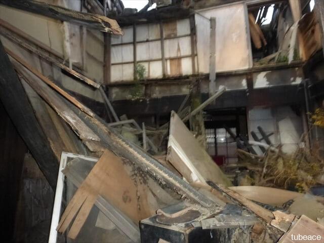 地震で倒壊した空家内部の写真