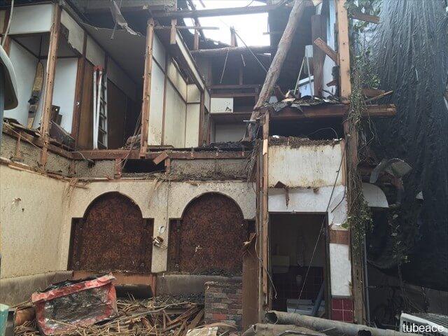 朽ち果てた家の内部の写真